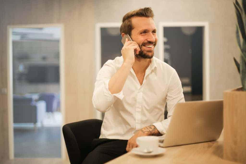 Junger Mann telefoniert und hat Erfolg im Social Media Recruiting