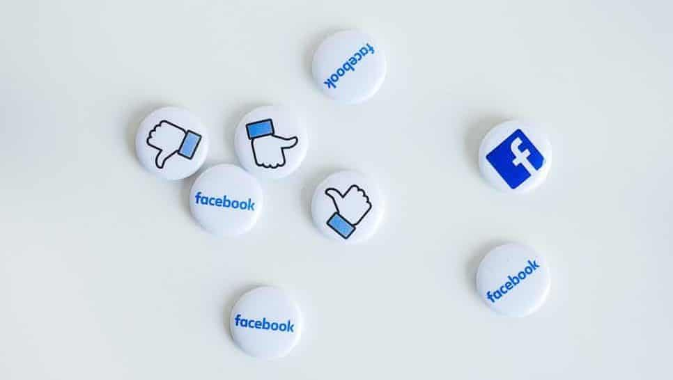 Anstecker mit Facebook Like Icon und Logo - Social Media Recruiting Tipps