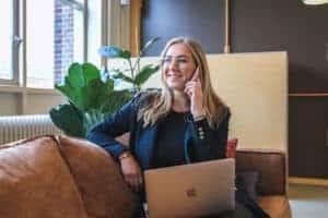 Erfolgreiches Social Recruiting Frau telefoniert und ist digital vernetzt