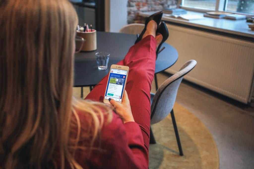 Social Media Recruiting Beispiel mit Frau im Business Outfit am Smartphone