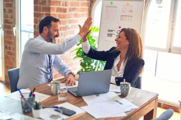 Zwei zufriedene Personaler mit vielen Bewerbungen dank hoher Arbeitgeberattraktivität
