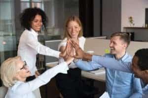 Starke Arbeitgebermarke führt zu glücklicheren Mitarbeitern und stärkt den Zusammenhalt unter den Kollegen