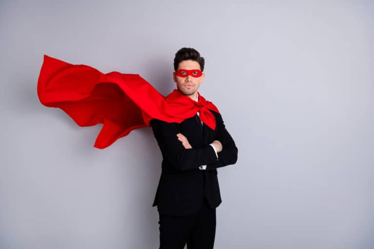 Führungskraft im Anzug und roten Cape, die durch Employer Branding Agentur wie Superheld erscheint