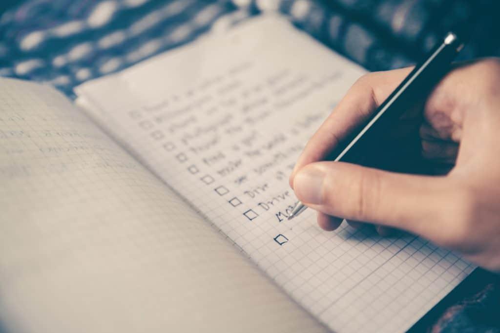 Schriftliche Liste mit einzelnen Schritten für die Planung der Employer Branding Strategie