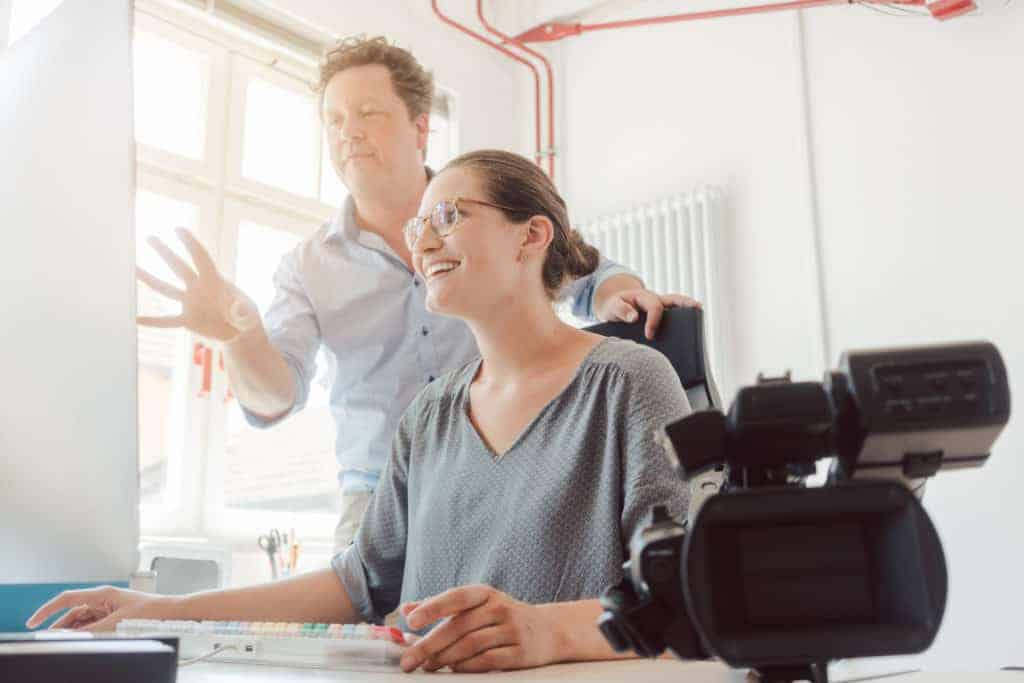 Recruiting Videos werden von Mitarbeiterin bearbeitet