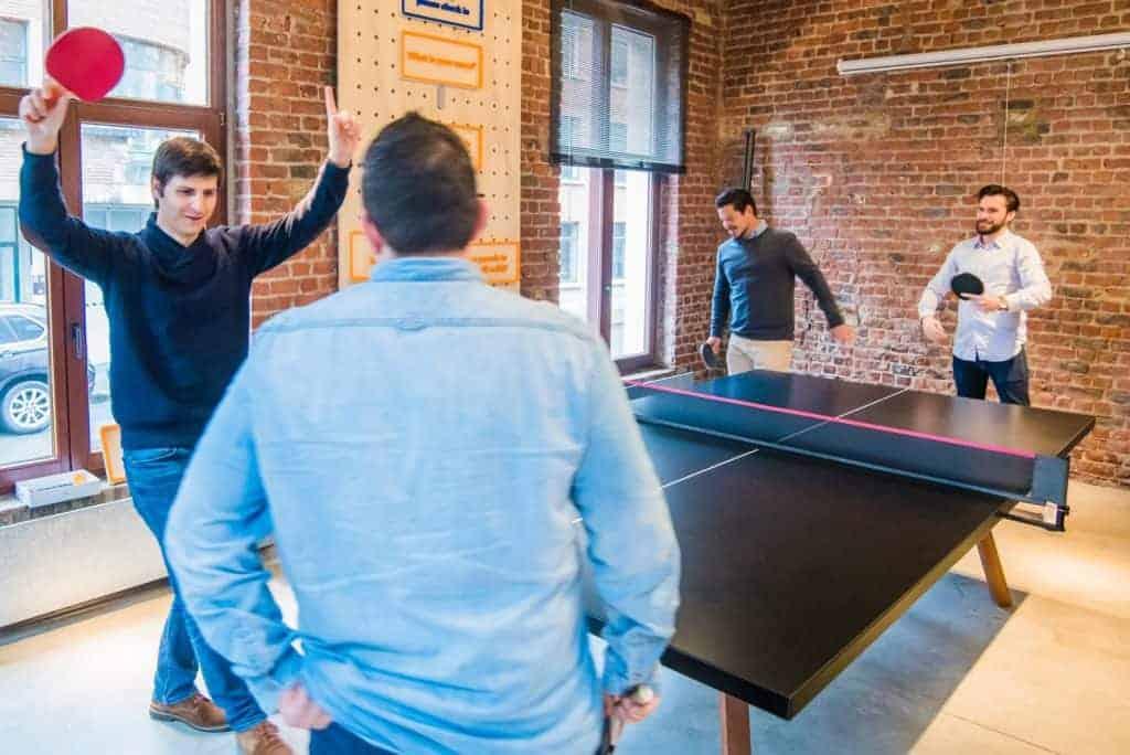 Employer Branding Benefits richtig umsetzen und das Arbeitsumfeld verbessern, z.B. mit einer Tischtennisplatte