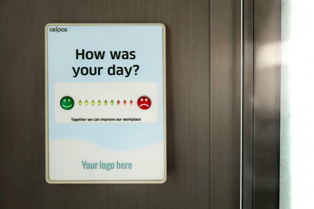 Bewertungstafel im Büro hilft bei Messung der Mitarbeiterzufriedenheit fürs Employer Branding