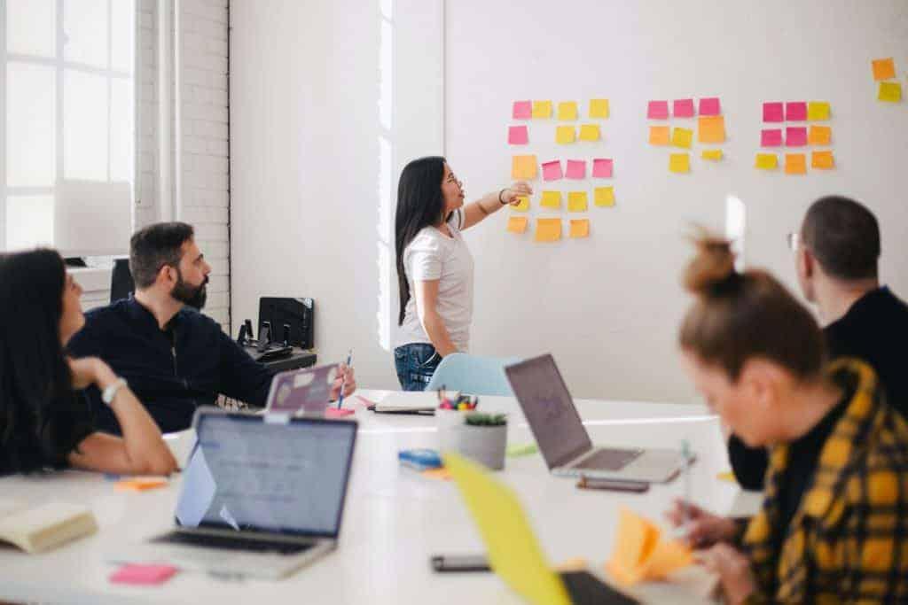 Employer Value Proposition Vorschläge von allen Mitarbeitern als Post-its sammeln am Whiteboard