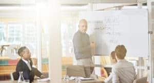 Employer Value- Proposition Werte definieren am Whiteboard in moderierter Team-Sitzung